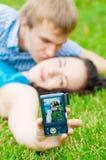 Pares adolescentes felices que toman el cuadro Fotografía de archivo