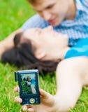 Pares adolescentes felices que toman el cuadro Imágenes de archivo libres de regalías