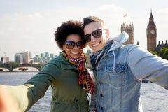 Pares adolescentes felices que toman el selfie en la ciudad de Londres Imagenes de archivo