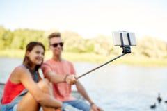 Pares adolescentes felices que toman el selfie en smartphone Foto de archivo libre de regalías