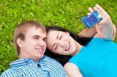 Pares adolescentes felices que toman la imagen Fotos de archivo libres de regalías