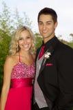 Pares adolescentes felices que van al baile de fin de curso Fotos de archivo