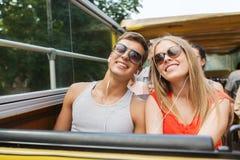 Pares adolescentes felices que viajan en bus turístico Foto de archivo libre de regalías