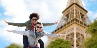Pares adolescentes felices sobre la torre Eiffel de París Imagen de archivo libre de regalías