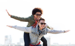 Pares adolescentes felizes nas máscaras que têm o divertimento fora fotografia de stock royalty free