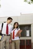 Pares adolescentes fuera de la escuela Fotos de archivo