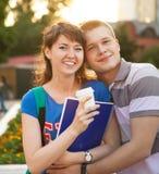 Pares adolescentes hermosos jovenes lindos Imágenes de archivo libres de regalías