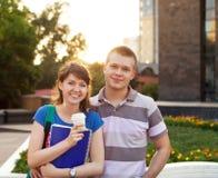 Pares adolescentes hermosos jovenes lindos en ciudad cerca de la universidad Fotografía de archivo
