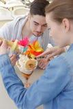 Pares adolescentes hermosos jovenes lindos que comparten el helado Imagen de archivo libre de regalías