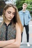 Pares adolescentes infelices con problema de la relación en el ambiente urbano Imagenes de archivo