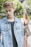 Pares adolescentes infelices con problema de la relación en Settin urbano Imagen de archivo libre de regalías