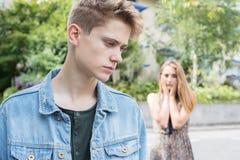 Pares adolescentes infelices con problema de la relación en Settin urbano Fotos de archivo