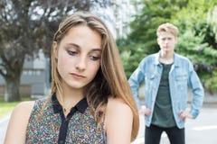 Pares adolescentes infelices en el ambiente urbano Foto de archivo libre de regalías