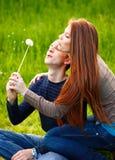 Pares adolescentes jovenes al aire libre Fotos de archivo