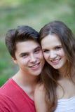 Pares adolescentes jovenes amistosos atractivos Imagen de archivo