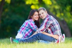 Pares adolescentes jovenes en el parque Fotografía de archivo libre de regalías