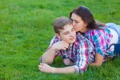 Pares adolescentes jovenes en el verde Foto de archivo libre de regalías