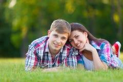 Pares adolescentes jovenes en el verde Fotografía de archivo
