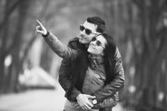 Pares adolescentes jovenes en la calle Foto de archivo libre de regalías