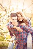 Pares adolescentes jovenes en los manzanos del flor de la primavera Fotos de archivo