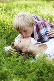 Pares adolescentes jovenes en parque verde. Imagenes de archivo