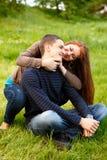 Pares adolescentes jovenes felices al aire libre Foto de archivo libre de regalías