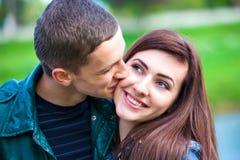 Pares adolescentes jovenes felices al aire libre foto de archivo