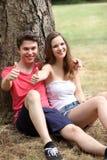 Pares adolescentes jovenes motivados atractivos Fotos de archivo libres de regalías
