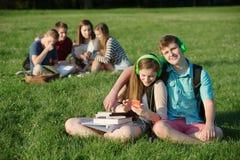 Pares adolescentes lindos con los auriculares Imagenes de archivo