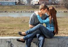 Pares adolescentes novos felizes ao ar livre Fotos de Stock Royalty Free