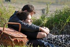 Pares adolescentes novos no amor no campo Fotografia de Stock