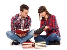 Pares adolescentes que estudian junto Fotos de archivo libres de regalías