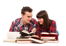 Pares adolescentes que estudian junto Imagen de archivo