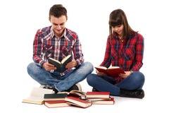 Pares adolescentes que estudian junto Fotos de archivo
