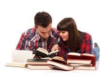 Pares adolescentes que estudian junto Imagenes de archivo