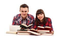 Pares adolescentes que estudian junto Fotografía de archivo libre de regalías