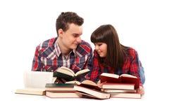 Pares adolescentes que estudian junto Fotografía de archivo