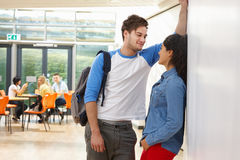 Pares adolescentes que hablan en sala de clase de la escuela Fotos de archivo
