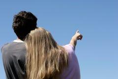 Pares adolescentes que olham o céu Fotografia de Stock