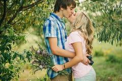 Pares adolescentes que se besan y que abrazan Fotos de archivo libres de regalías