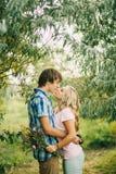 Pares adolescentes que se besan y que abrazan Foto de archivo