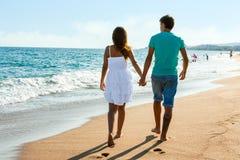 Pares adolescentes que se van en la playa. Imágenes de archivo libres de regalías