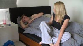 Pares adolescentes que tienen discusión en dormitorio almacen de video