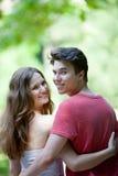 Pares adolescentes románticos atractivos que miran detrás Fotos de archivo libres de regalías