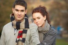 Pares adolescentes románticos en paisaje del otoño Imagen de archivo