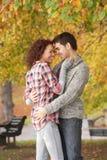 Pares adolescentes románticos en parque del otoño Imagen de archivo