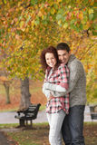 Pares adolescentes románticos en parque del otoño Fotos de archivo