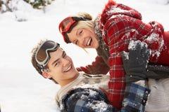Pares adolescentes románticos que se divierten en nieve Fotografía de archivo