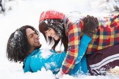 Pares adolescentes románticos que se divierten en nieve Imagen de archivo