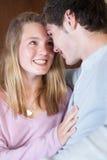 Pares adolescentes románticos que se sientan en el sofá en el país Fotos de archivo